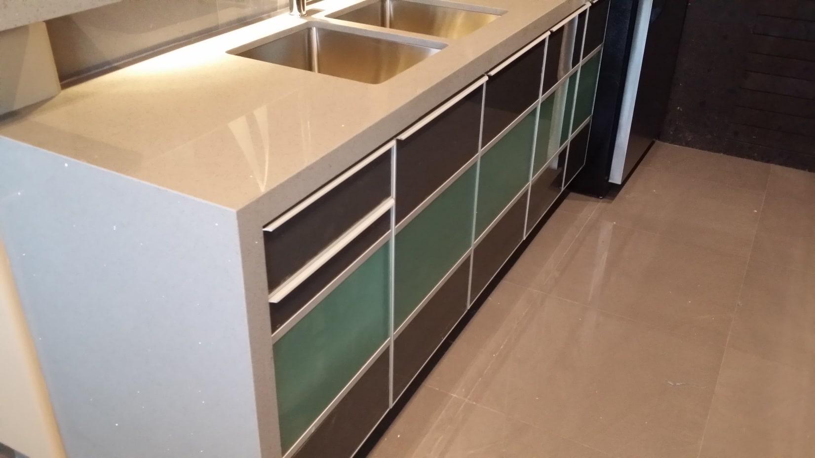 Cocina minimalista con laminado alto brillo y vidrio arenado