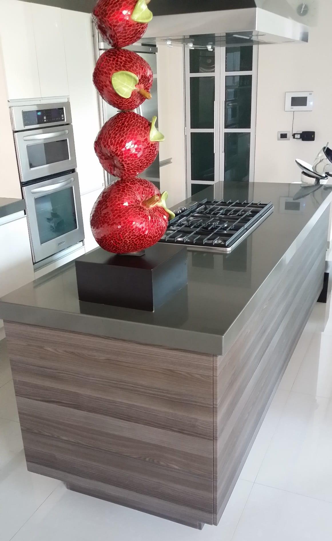Cocina con isla en laminado y texturizado