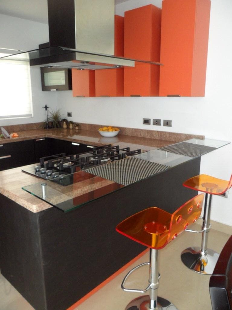 cocina color chocolate con naranja
