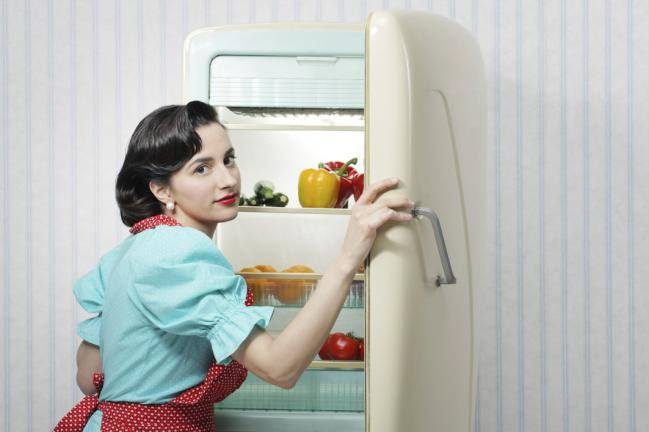 mujer limpiando refrigerador