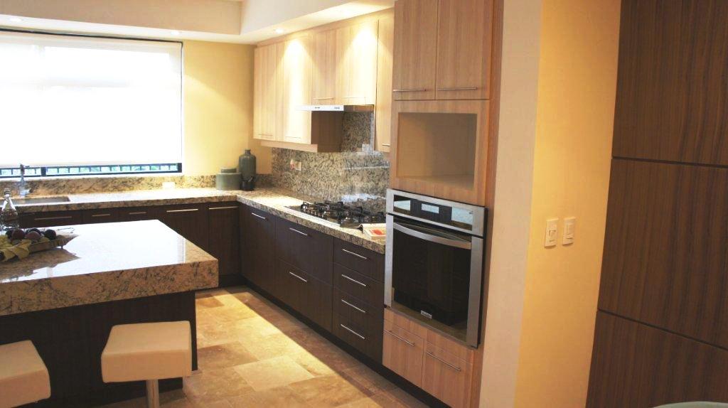 cocina integral con pantry grande y horno integrado