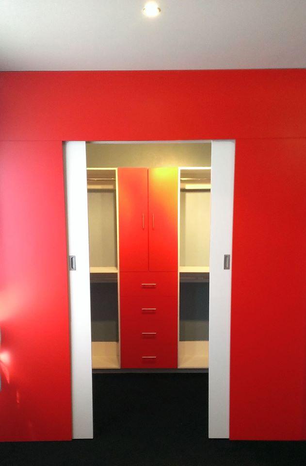 Closet corredizo rojo con blanco