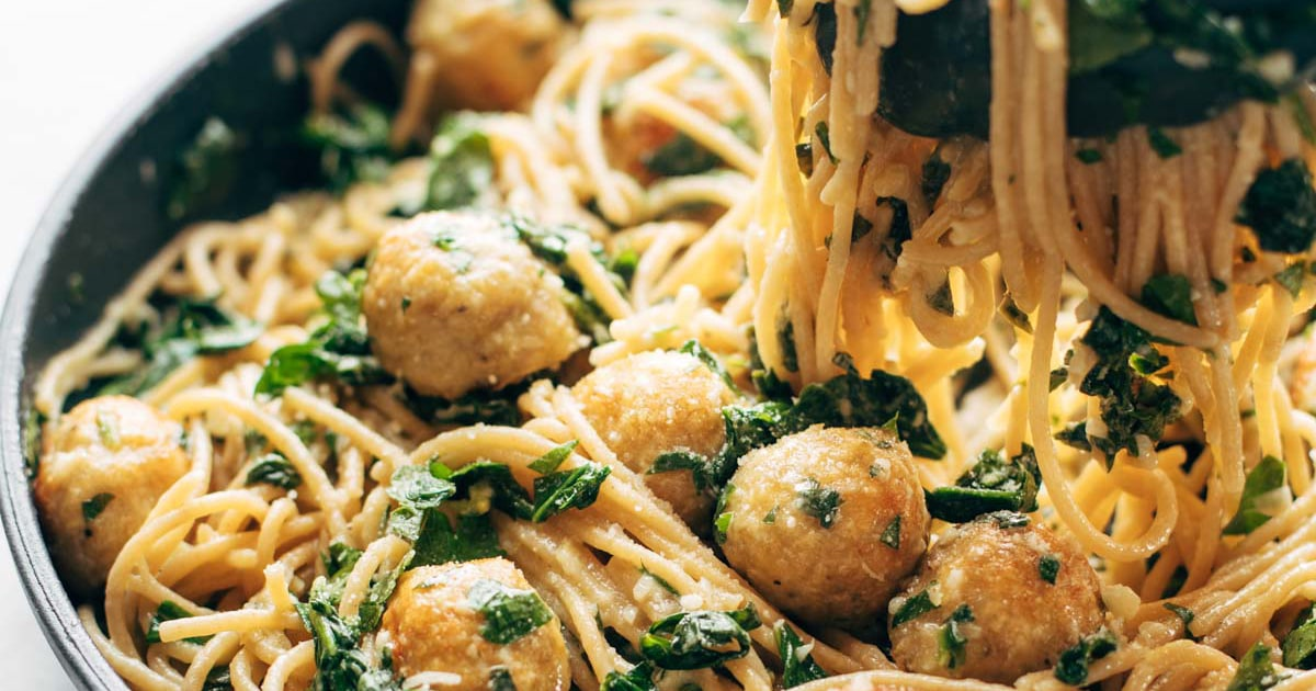 Espagueti de hierbas de ajo con albóndigas de pollo